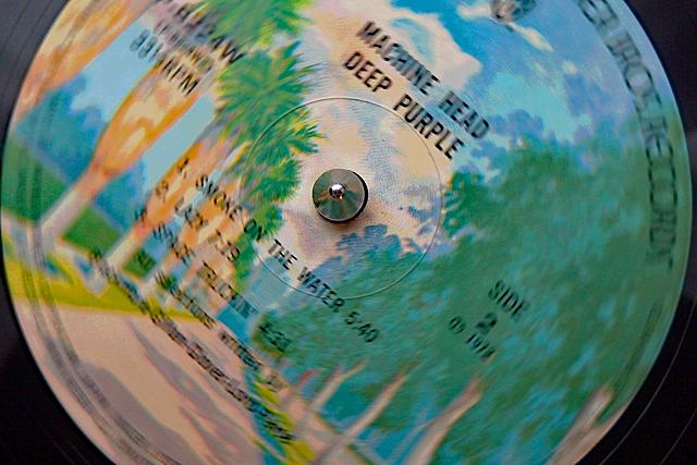 1曲目のSMOKE ON THE WATERに針を落とす。